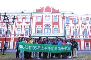 參加員工在紅色古建築物前的另一張合照