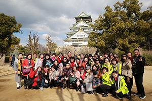 員工穿著便服於日本姬路城前方合影