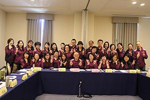 又一批員工於審查桌前穿著紫色制服合影