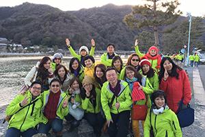 部分員工於日本河邊合影