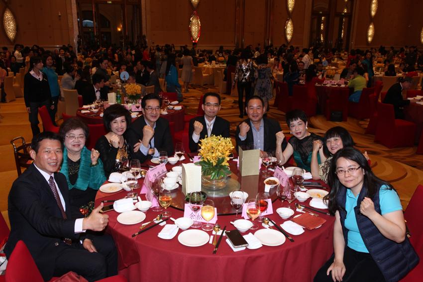 陳總經理與各團隊副總、協理於歡迎  宴合照