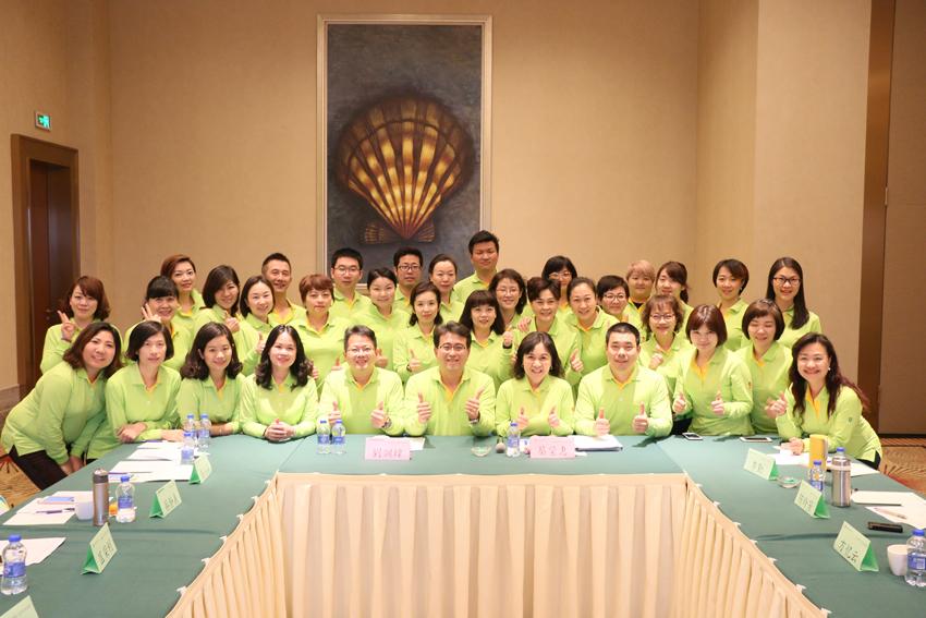 關主瑩惠協理、訓煒協理與組員大合  照