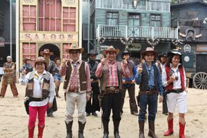 吳文永、吳永先董事長、黃素  英、李麗英副總於牛仔表演中合照