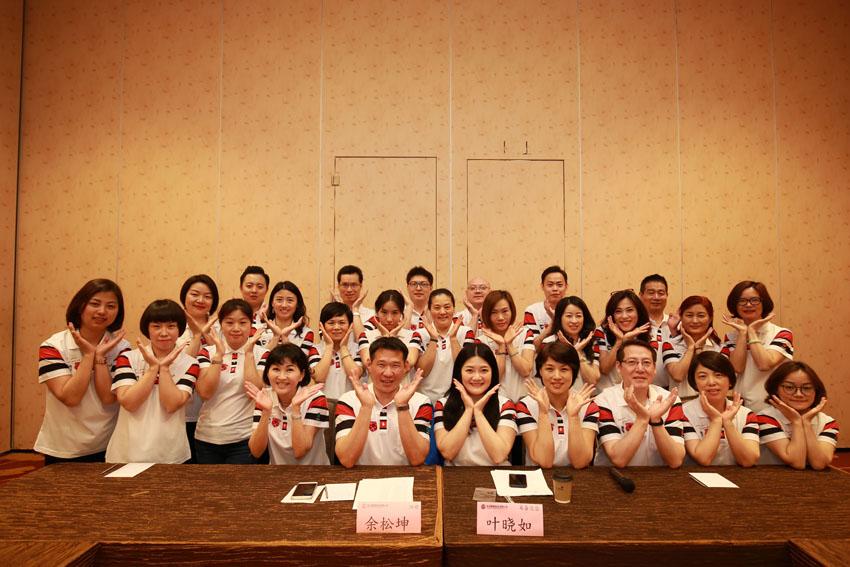 小組研討-關主松坤協理與曉如籌備總監和組員合照