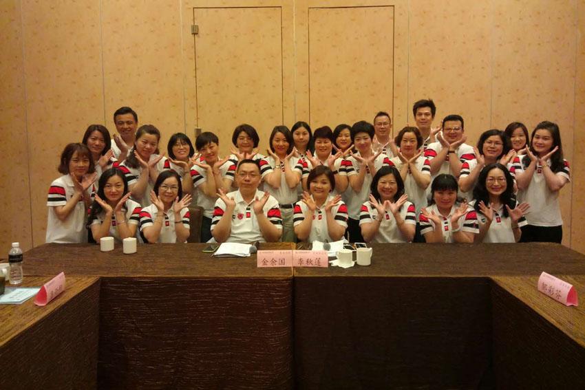 小組研討-關主秋蓮總監與餘國籌備協理和組員合照