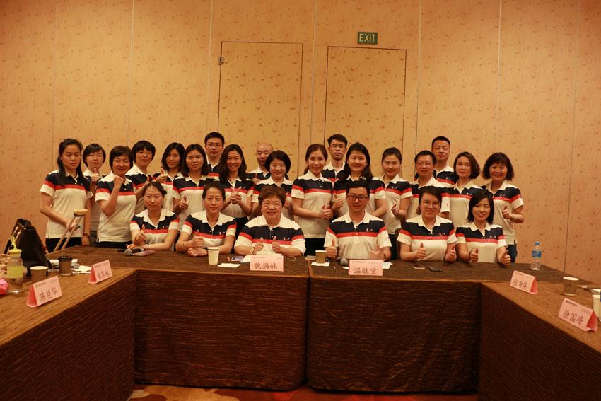 小組研討-關主滿妹協理與勝堂部經理和組員合照
