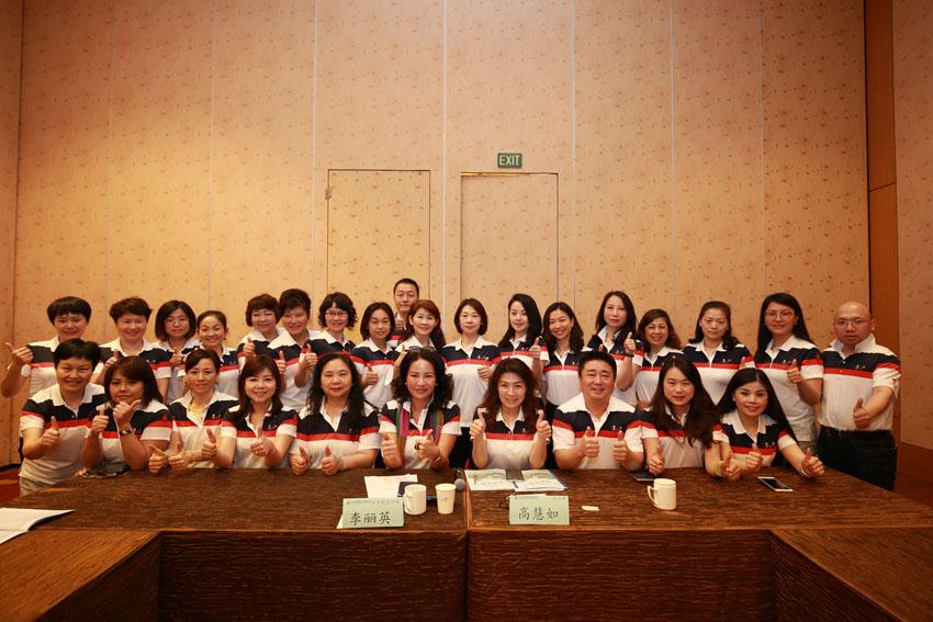 小組研討-關主麗英副總與慧如處經理和組員合照
