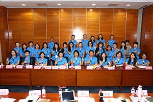 小組研討-關主松坤協理與麗華部經理和組員合照
