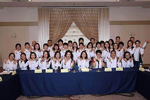 小組研討-關主麗英副總與文雅總監和組員合照2