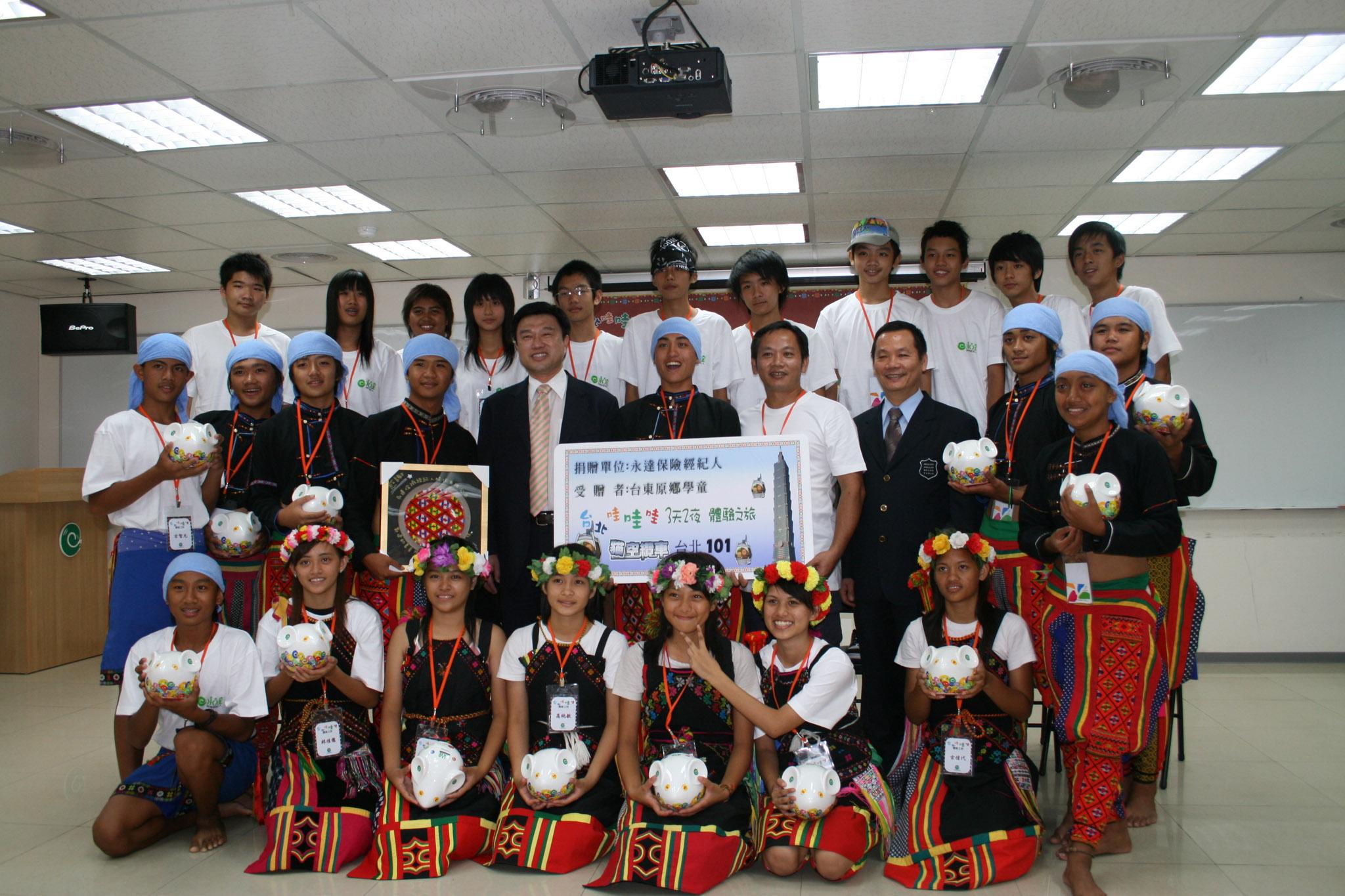 永達吳文永董事長(二排左五)與林明堂副總(二排右三)與學童們合影。
