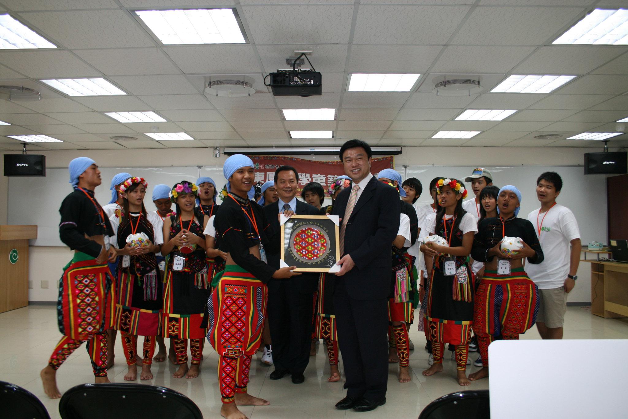 學童親手製做手工圖騰贈送永達吳文永董事長。