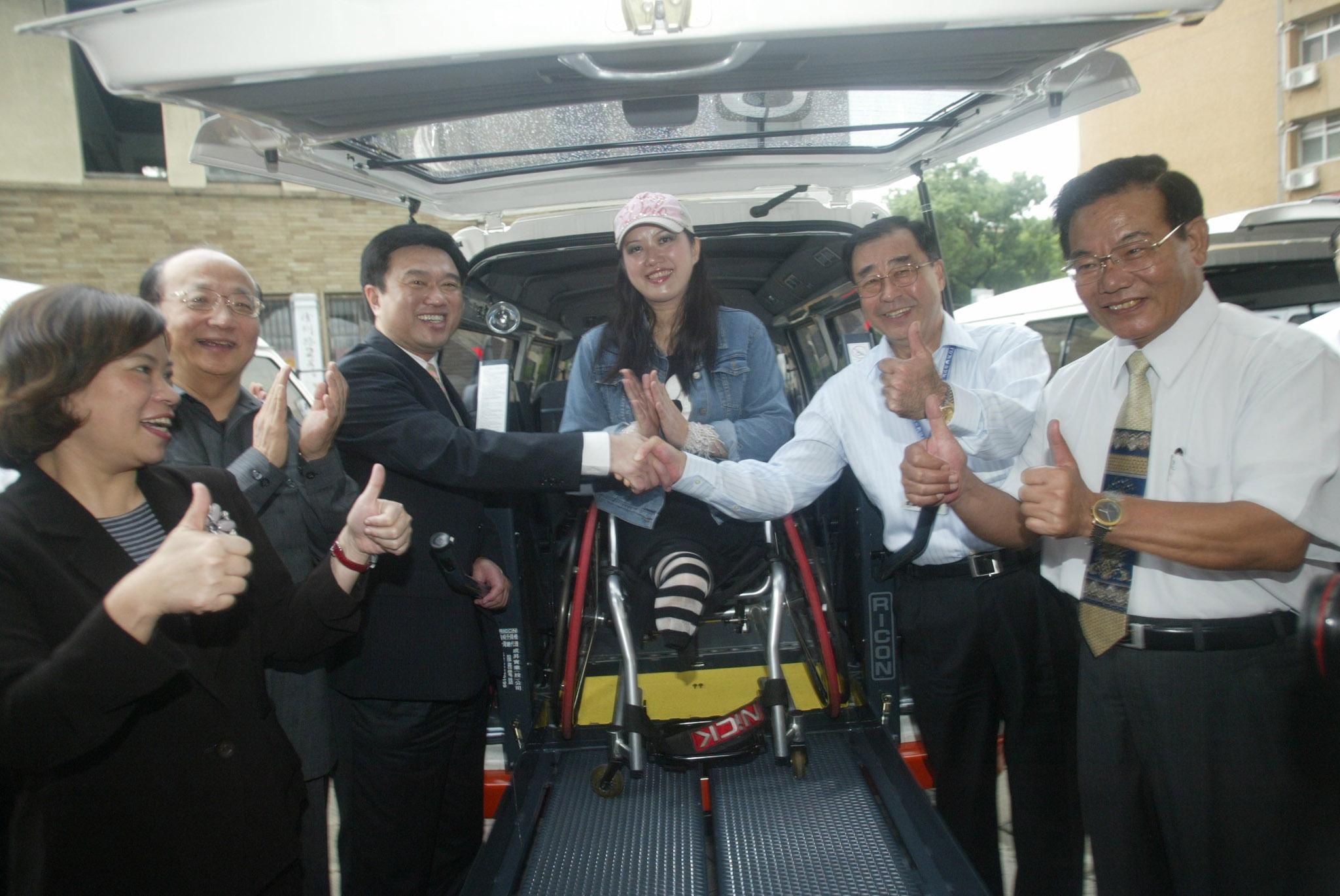 ▲ 永達「車」行幸福路捐出12輛復康巴士。