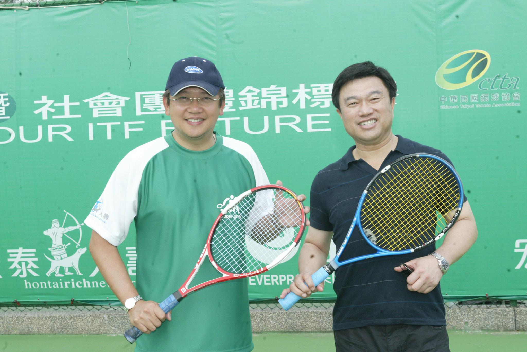 ▲周守訓立法委員(圖左)、吳文永董事長(圖右)為台北公開賽開球。