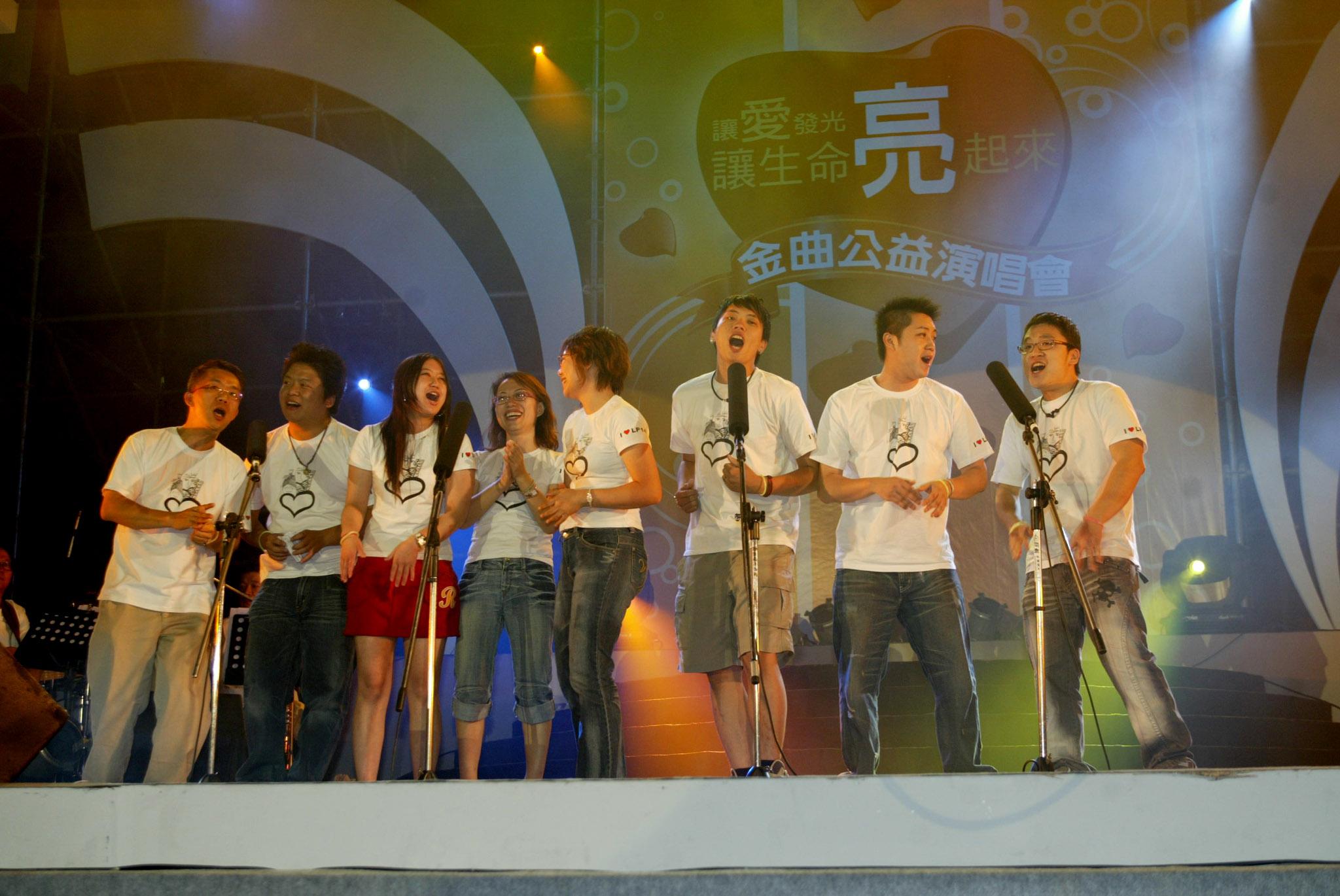 ▲永達陳誌謙經理領導志工們以自創曲-「你是我永遠的朋友」唱出愛與關懷帶動現場氣氛。
