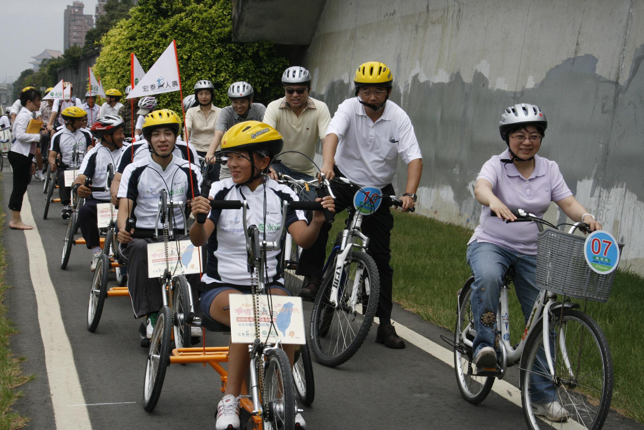 由賴素如市議員帶領車隊進行試乘活動。
