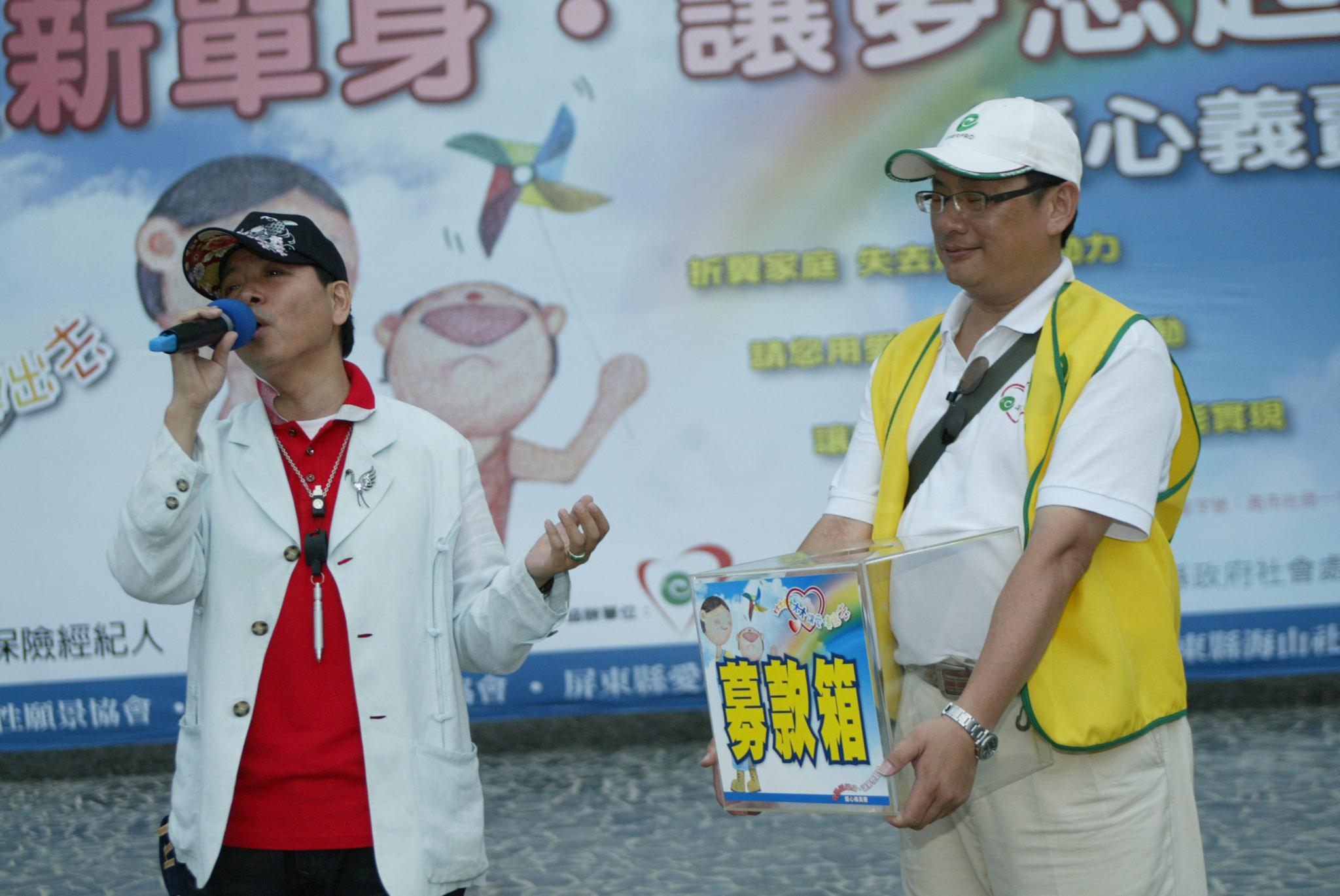 活動主持人陳凱倫為公益獻唱募款。