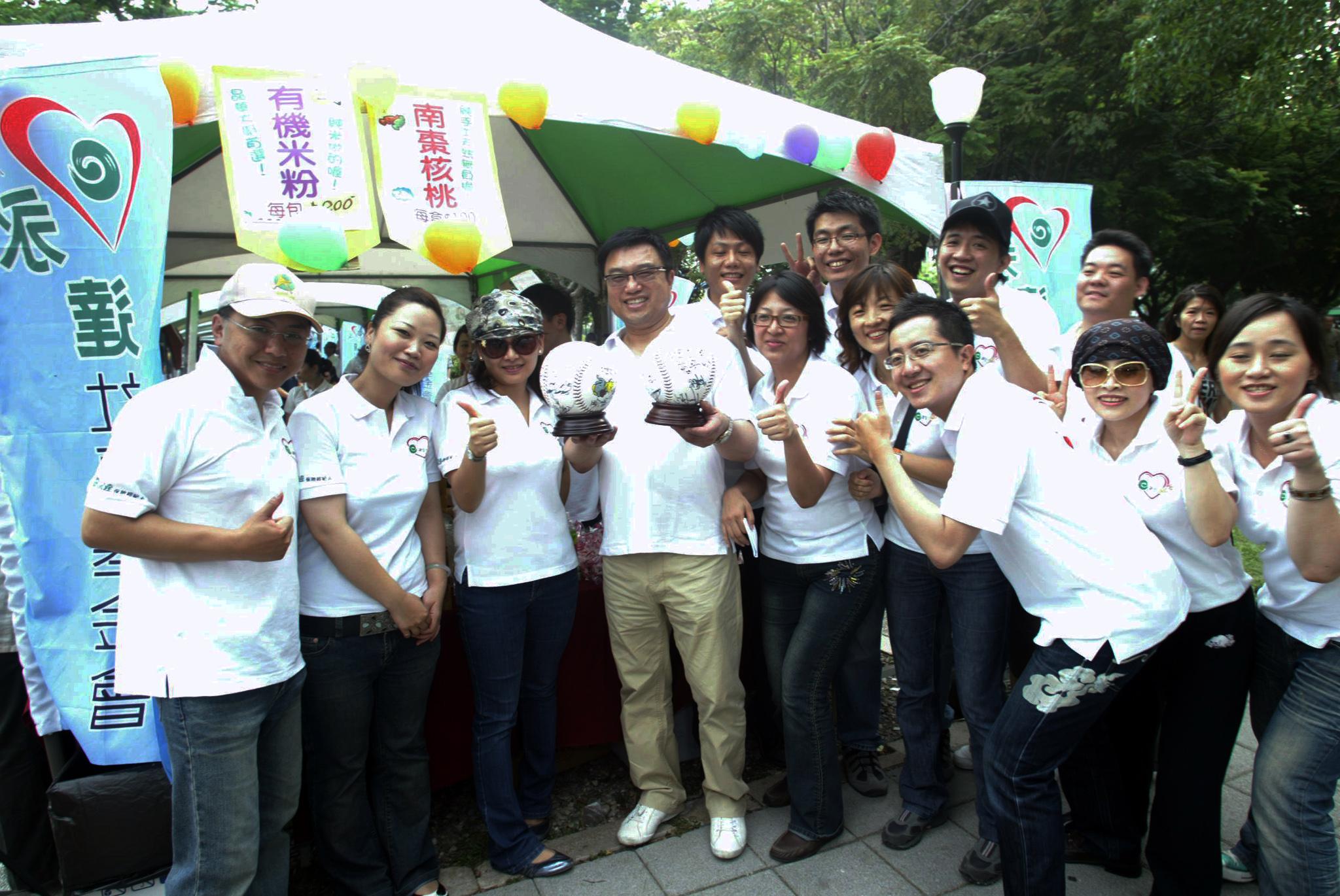 永達吳文永董事長買下兄弟象愛心簽名球。