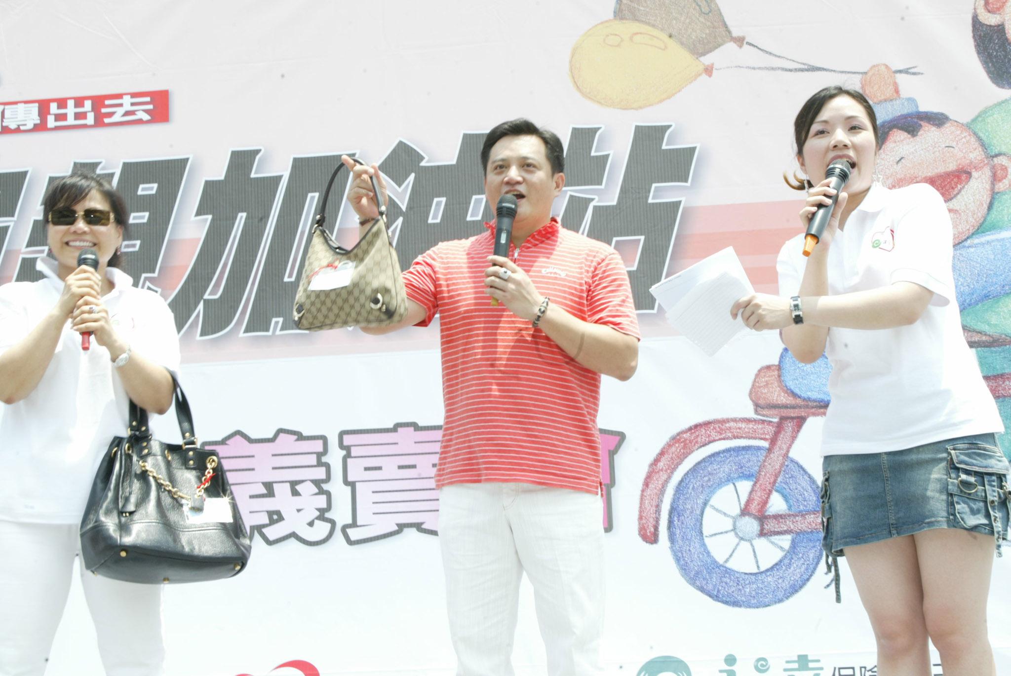 藝人王彩樺也捐出名牌二手包由老公黃品文至現場義賣(2)。