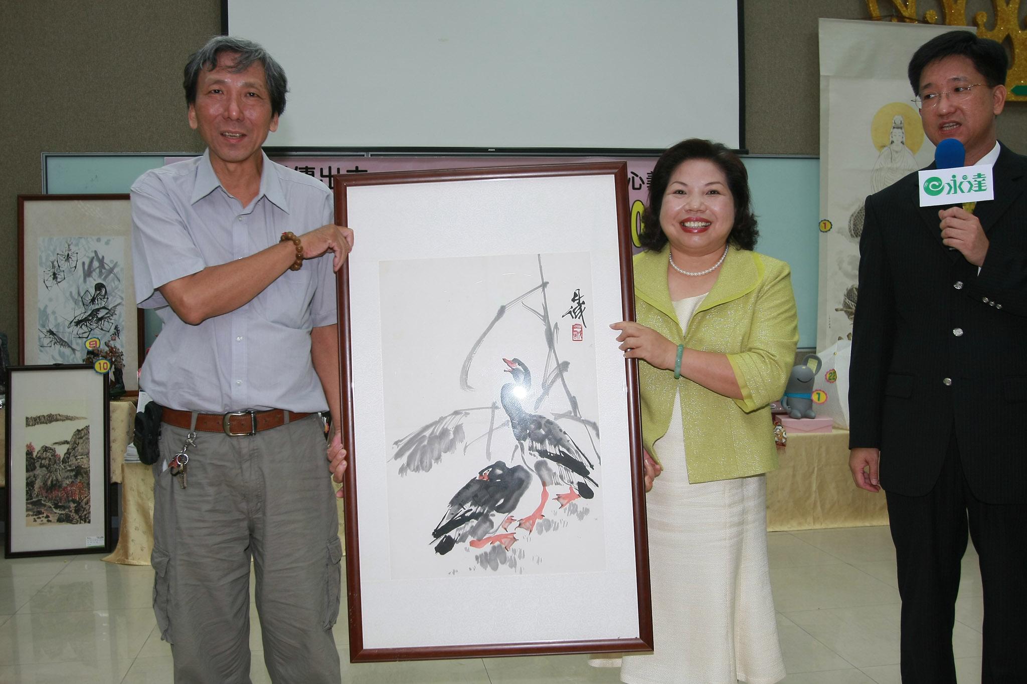 永達黃素英副總(圖右二)以100萬元再標下陳丹誠水墨畫。