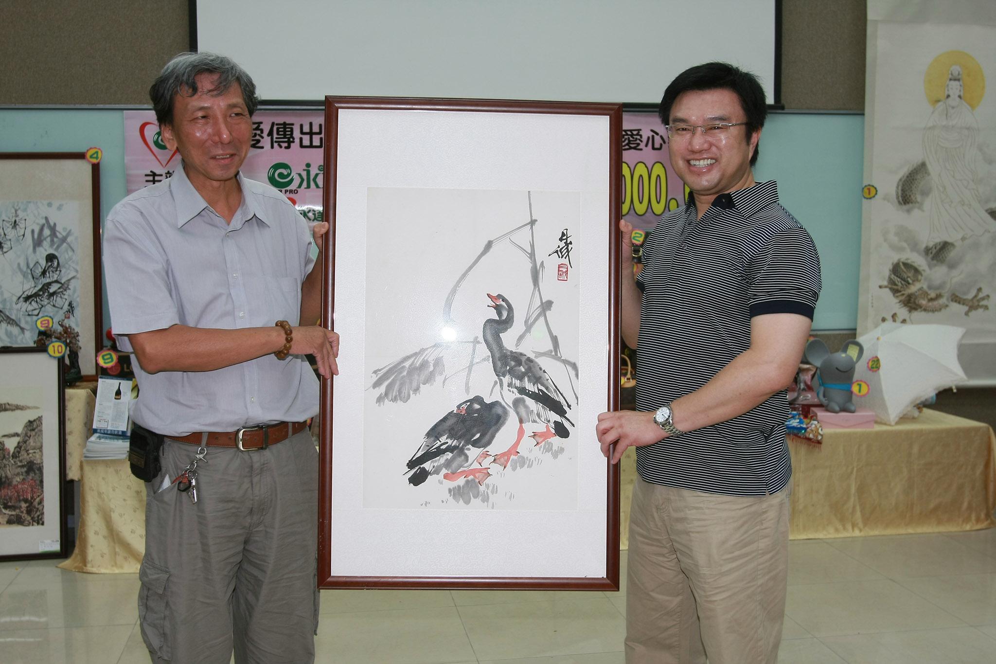 永達吳文永董事長(圖右)以100萬元標下陳丹誠水墨畫並捐出。