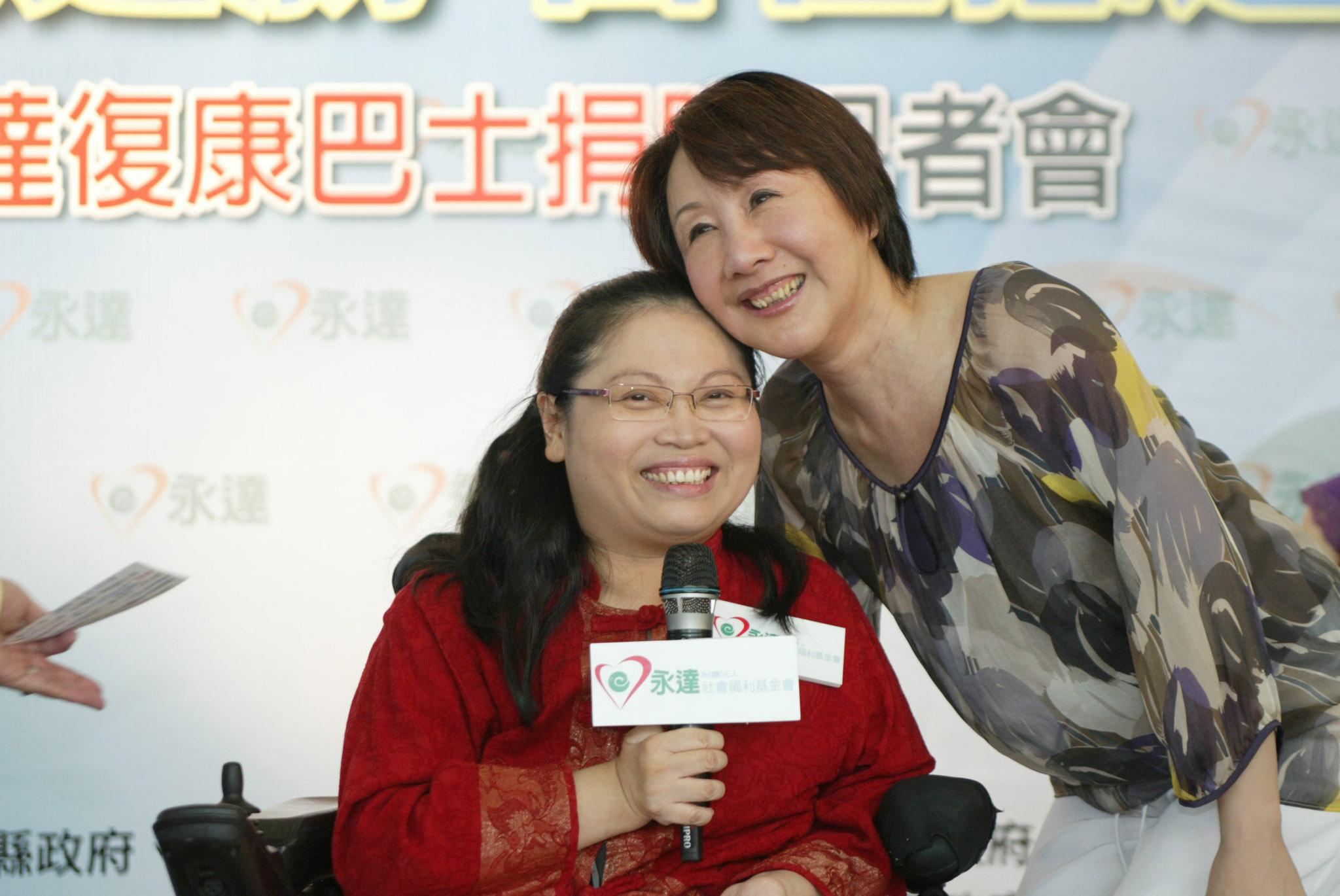 台中市市長夫人邵曉鈴(圖右)為身障者加油打氣。