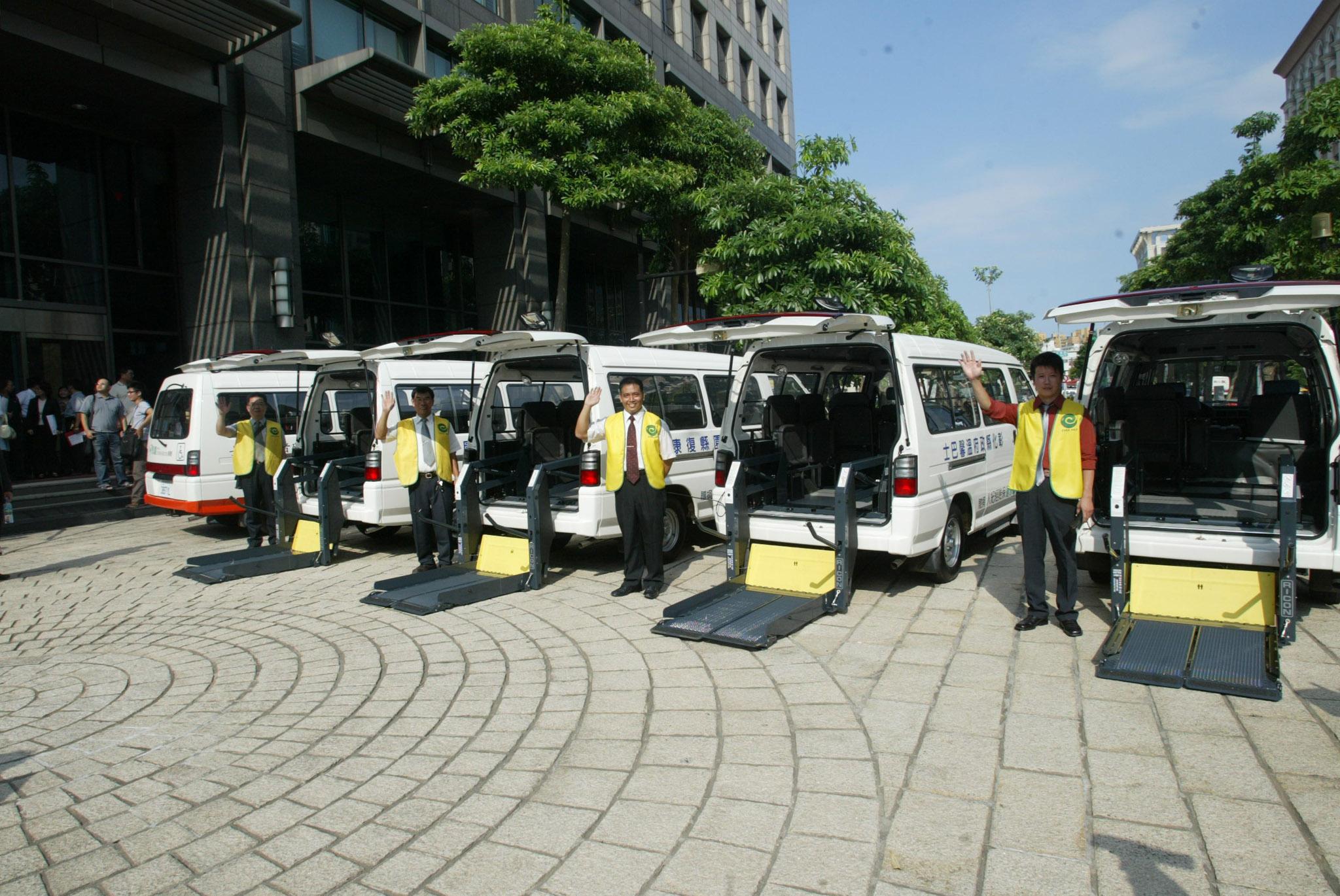 永達社福基金會捐贈十台復康巴士。