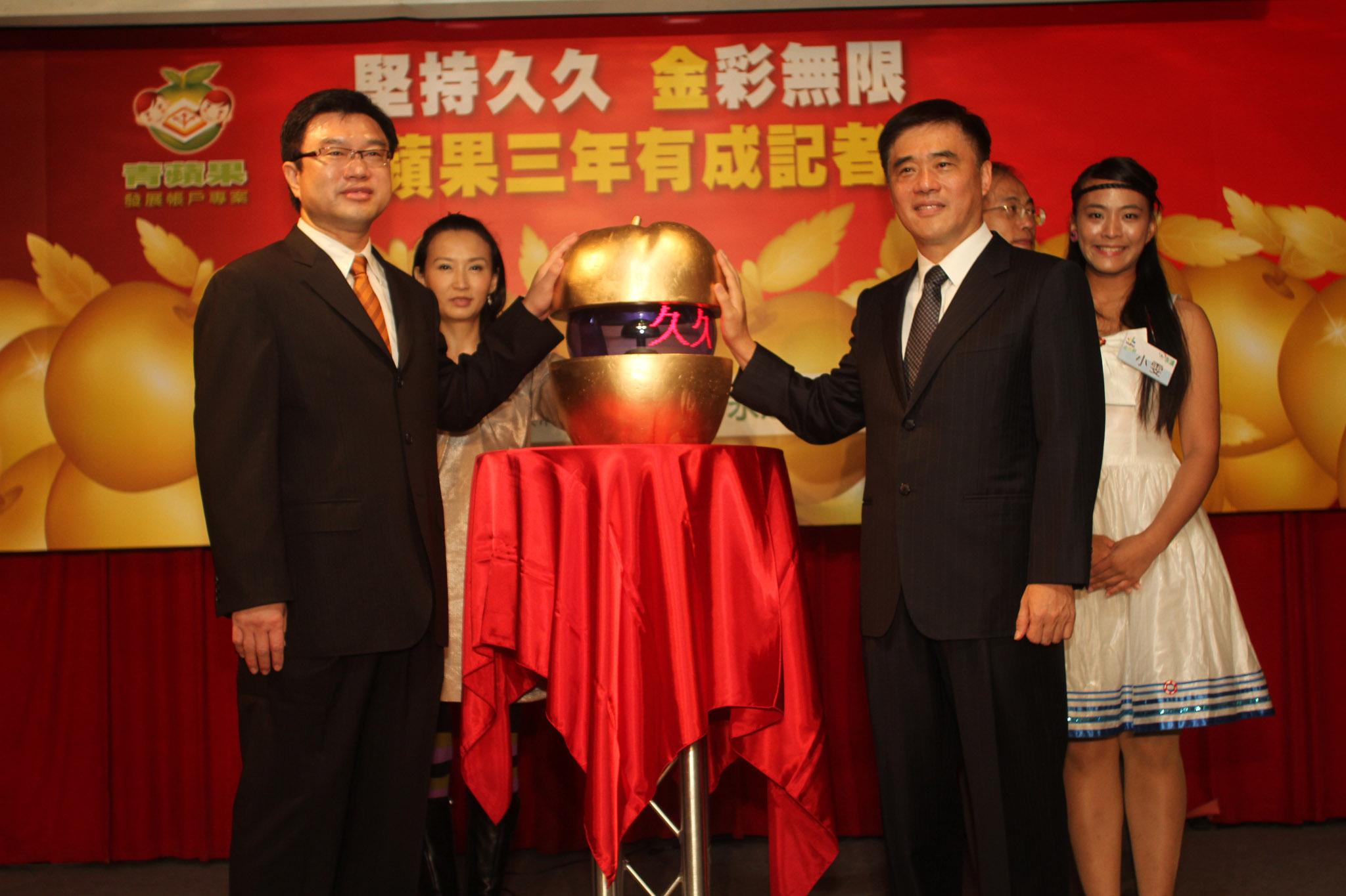 (由左至右)永達吳董、永達汪用和執行長、臺北市長郝龍斌等人共同啟動