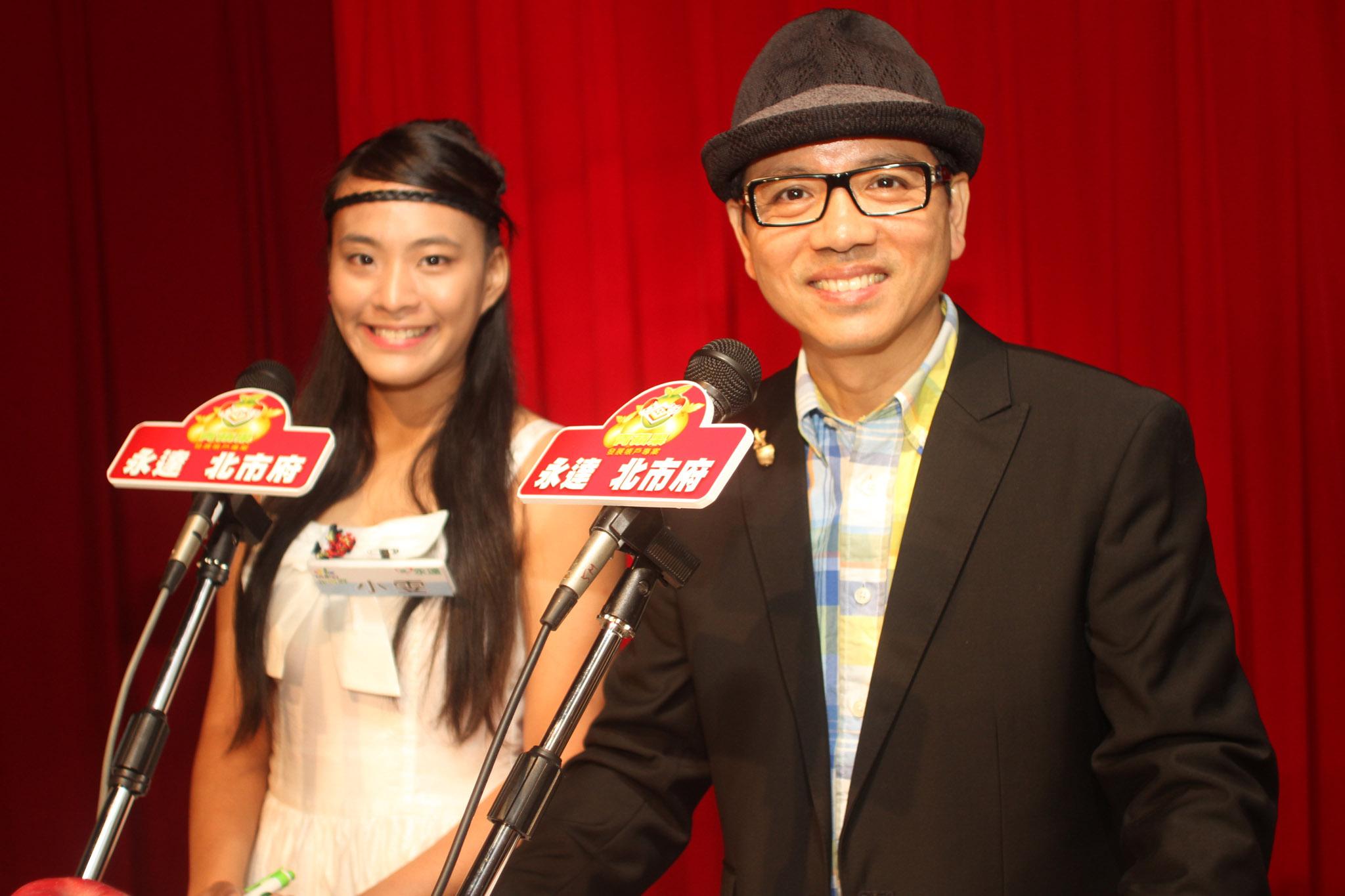 小雯(左一)與陳凱倫搭檔主持青蘋果活動