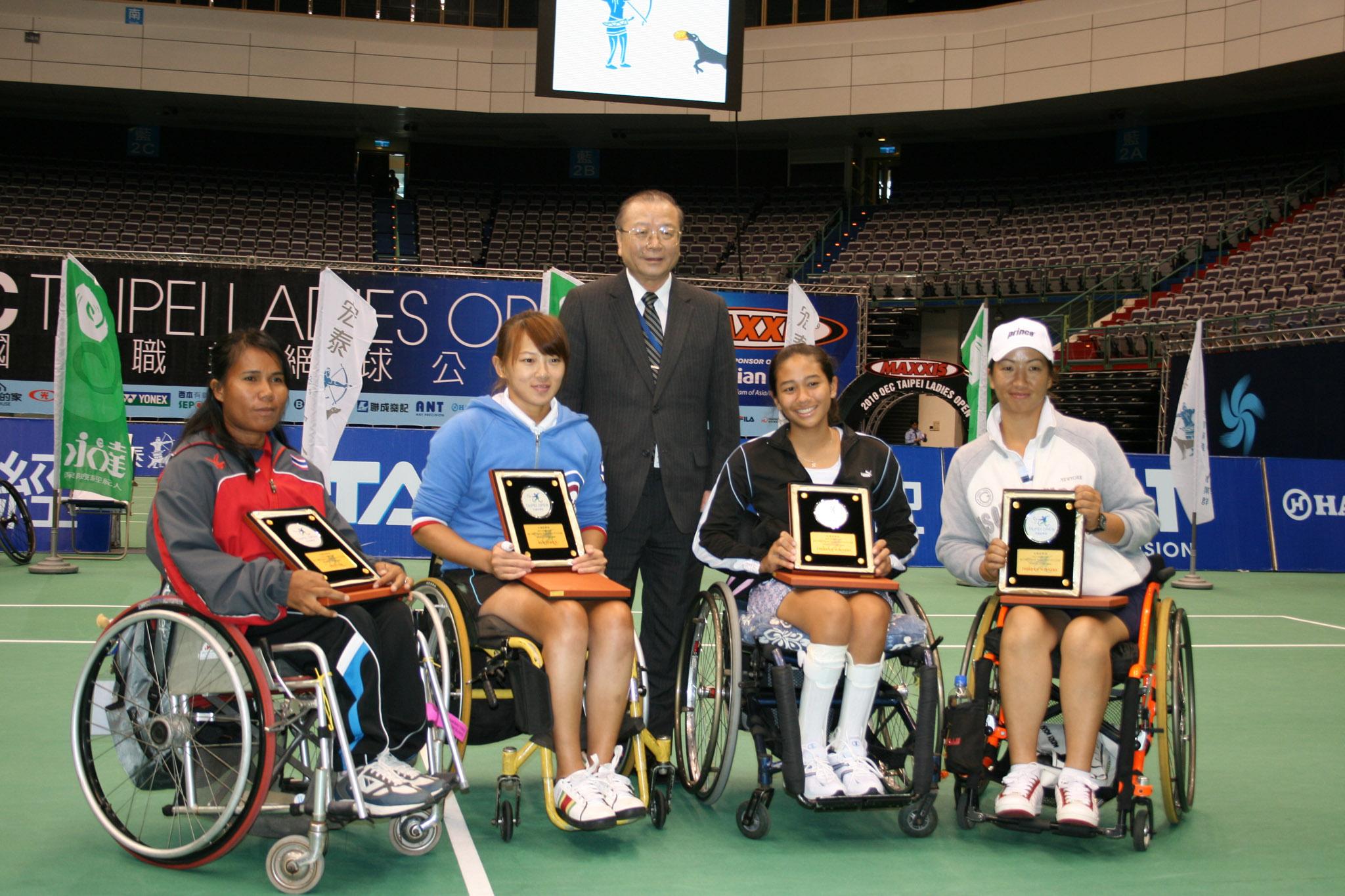 台北市教育局康宗虎局長頒發女子雙打冠軍及亞軍獎牌。