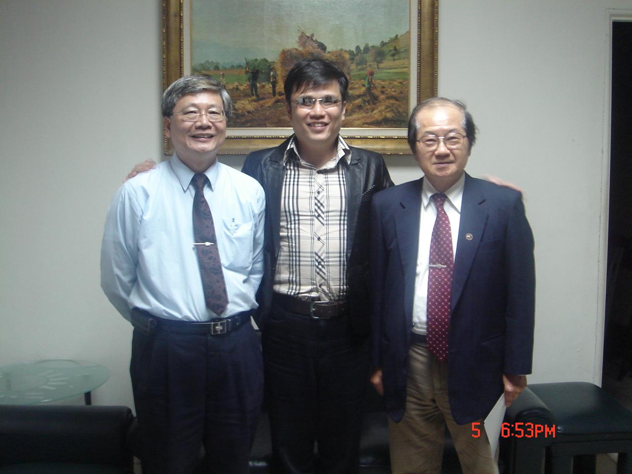 嘉義市副市長李錫津(圖右)、文化局局長饒嘉博(圖左)與主講人鍾興叡(圖中)合影留念。