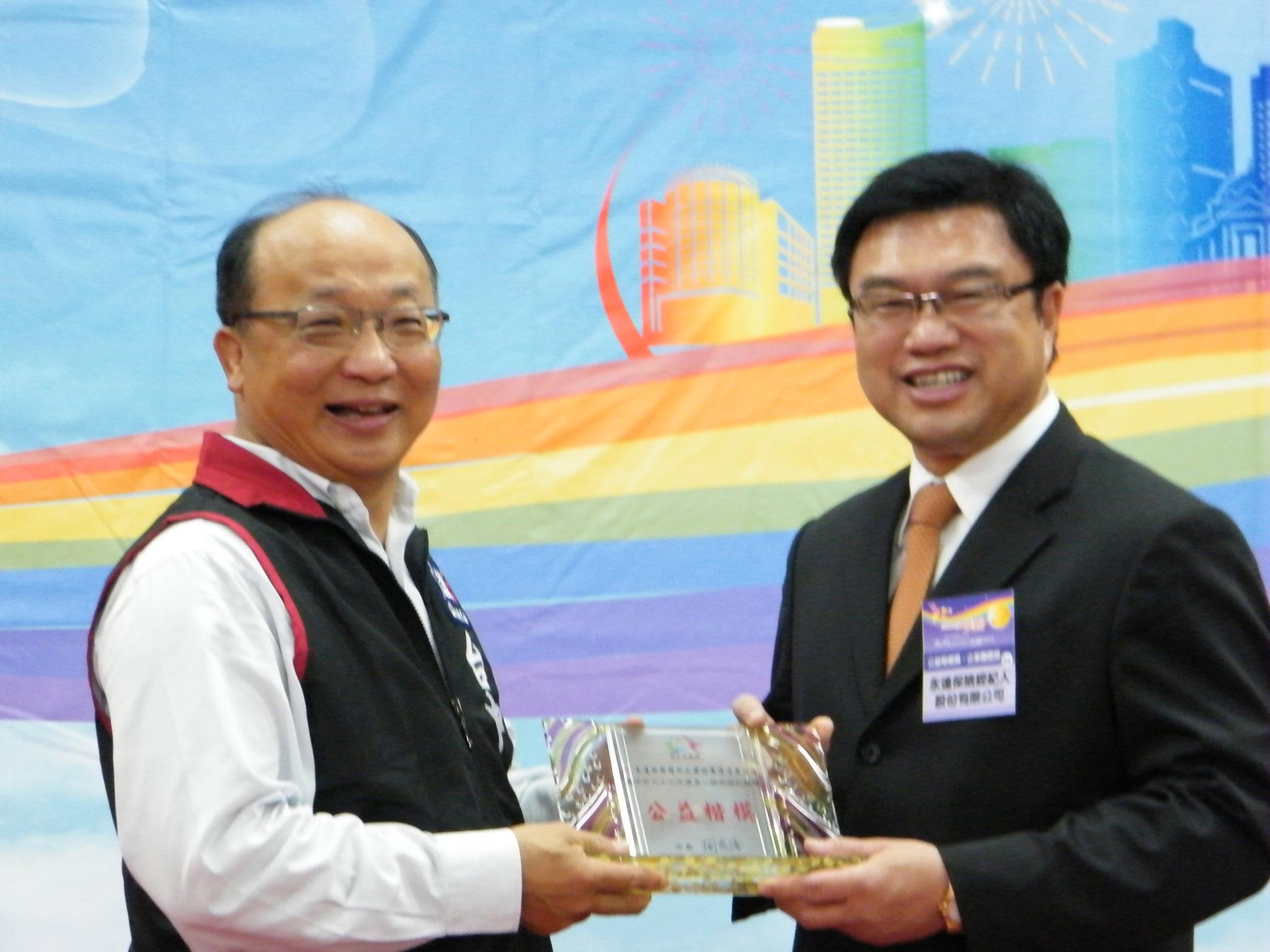 台中市長胡志強(左二)與永達保經吳文永董事長(右二)及永達協理合影留念。
