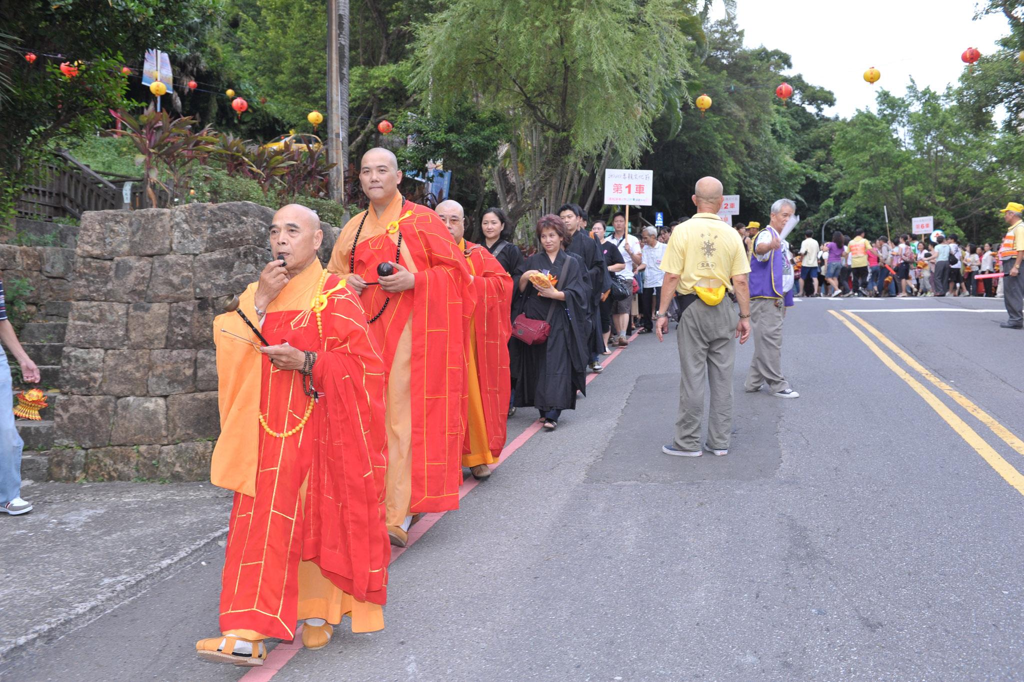 興隆寺法師帶領參加人員前往放水燈場地。