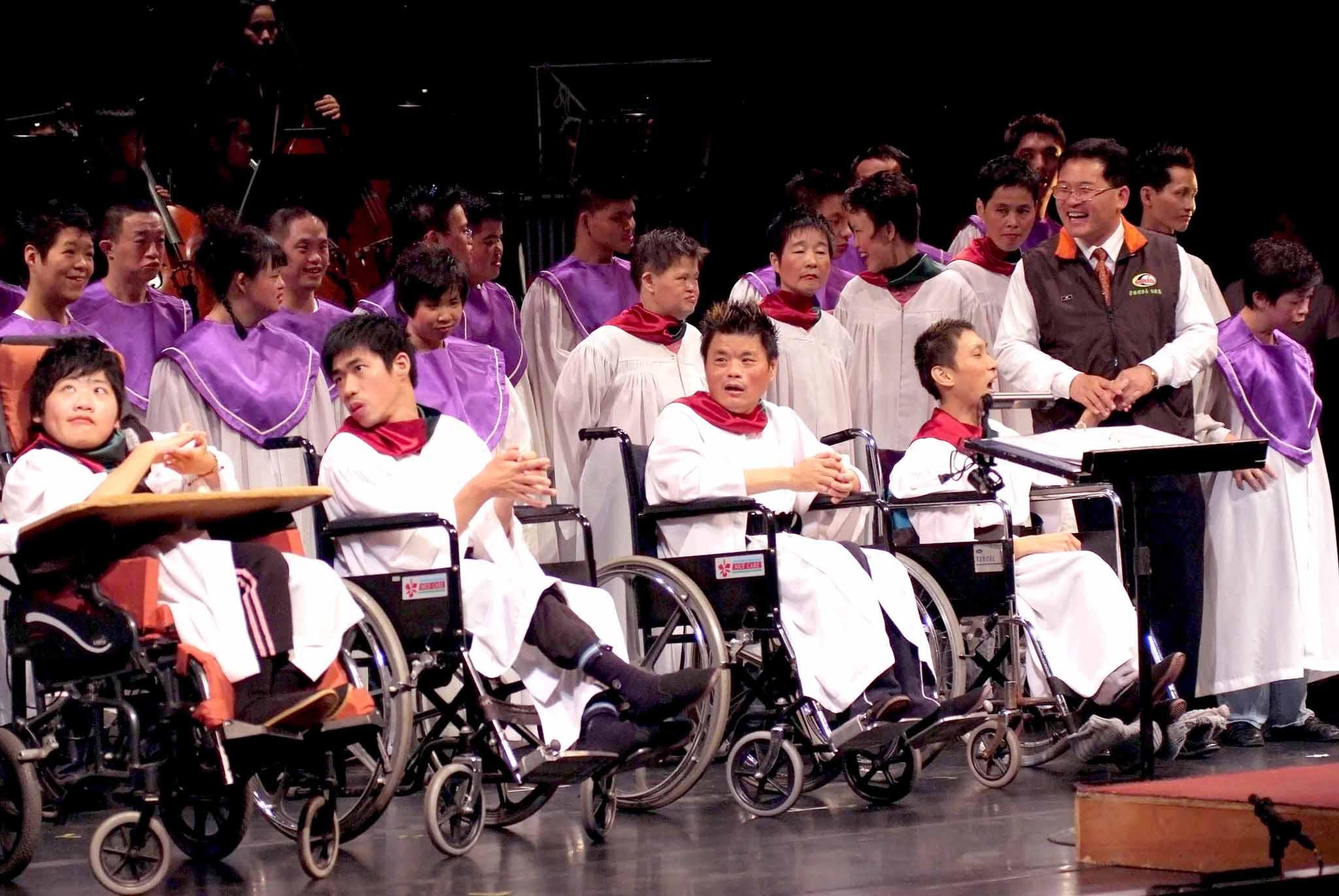 彰化市邱建富市長(前排右二)為所有參與演出的慈生仁愛院院生加油打氣。
