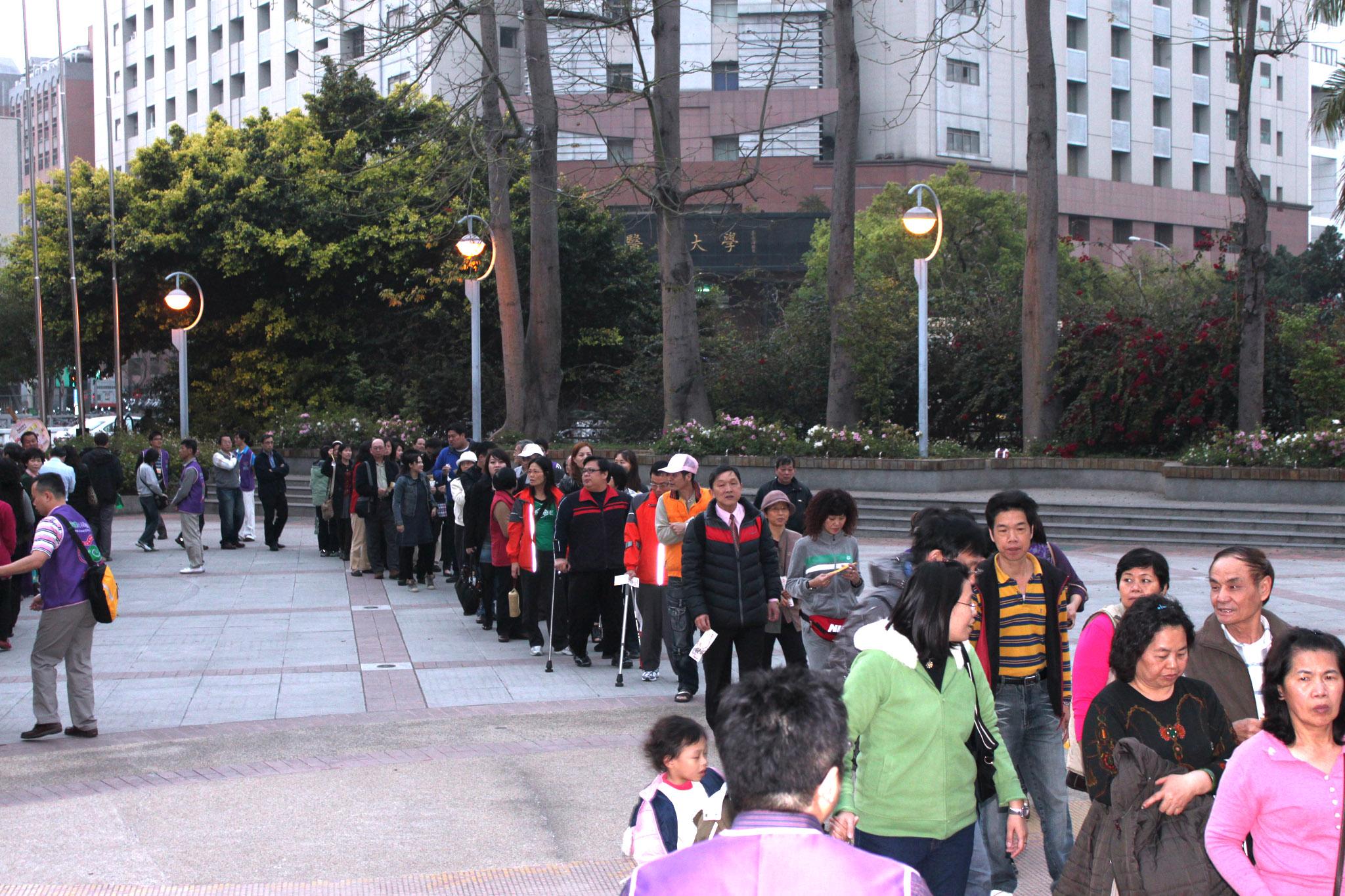 熱情民眾踴躍排隊參與此次演唱會活動。