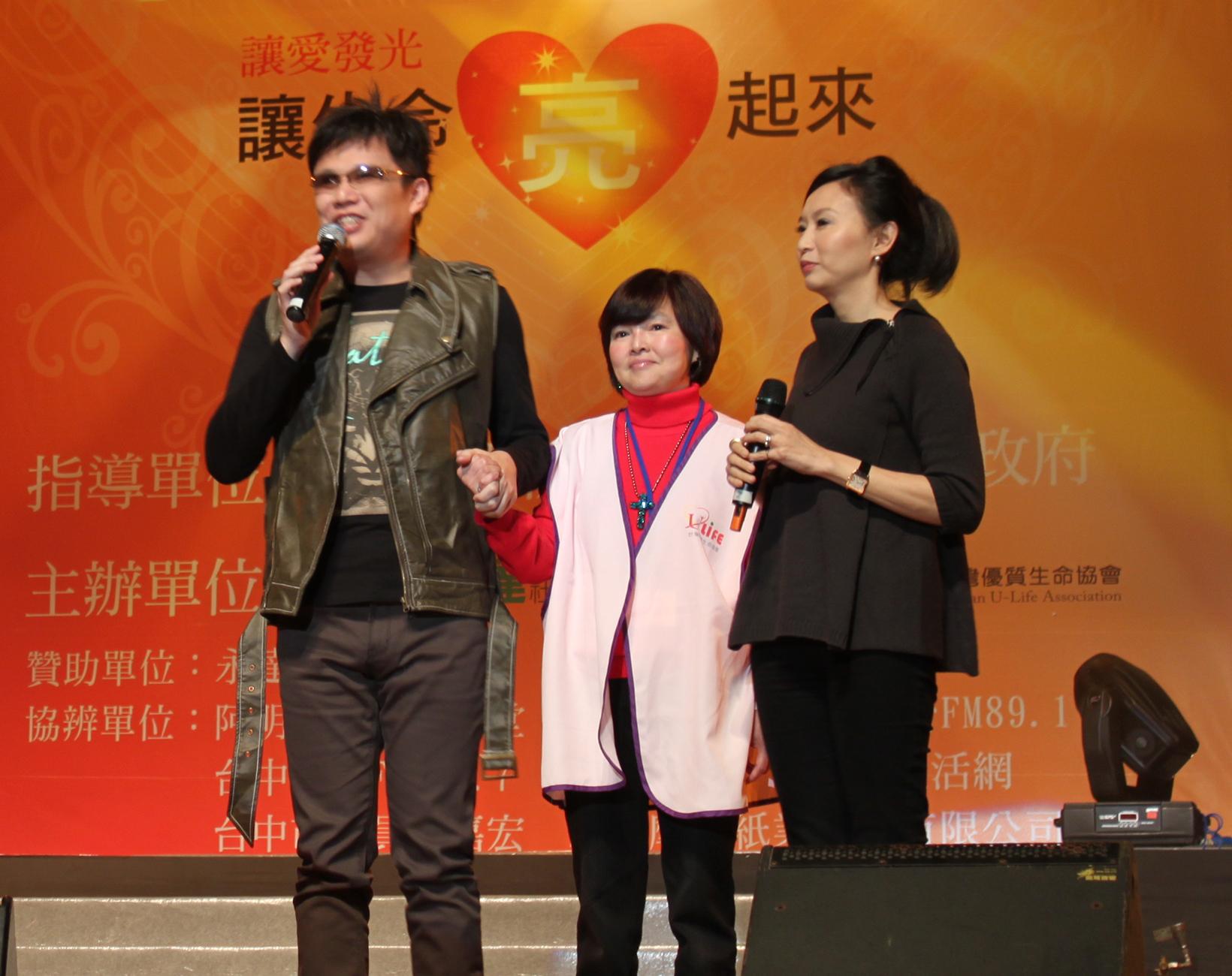 視障歌手鍾興叡(右三)在台灣優質生命協會秘書長  紀寶如(右二)、永達基金會執行長汪用和(右一)  的陪同下一同為「愛」發聲。