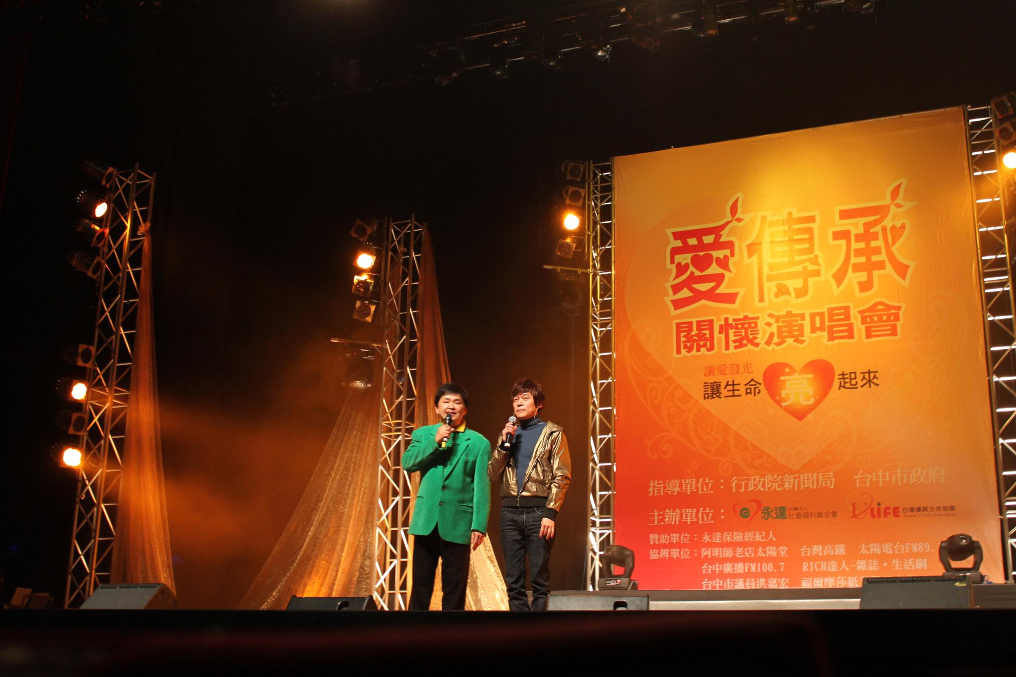 洪榮宏(右)與主持人賀一航(左)舞台上妙語如珠逗得  現場觀眾笑聲不斷。
