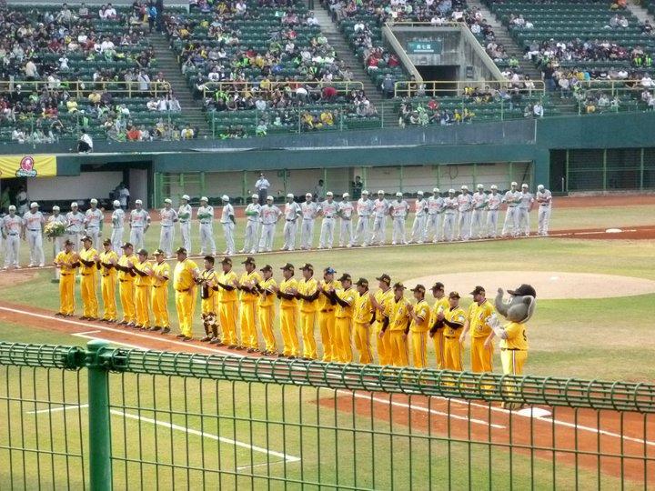 ▲職棒開幕戰主場球隊-兄弟象向現場14,000多名觀眾  致意。