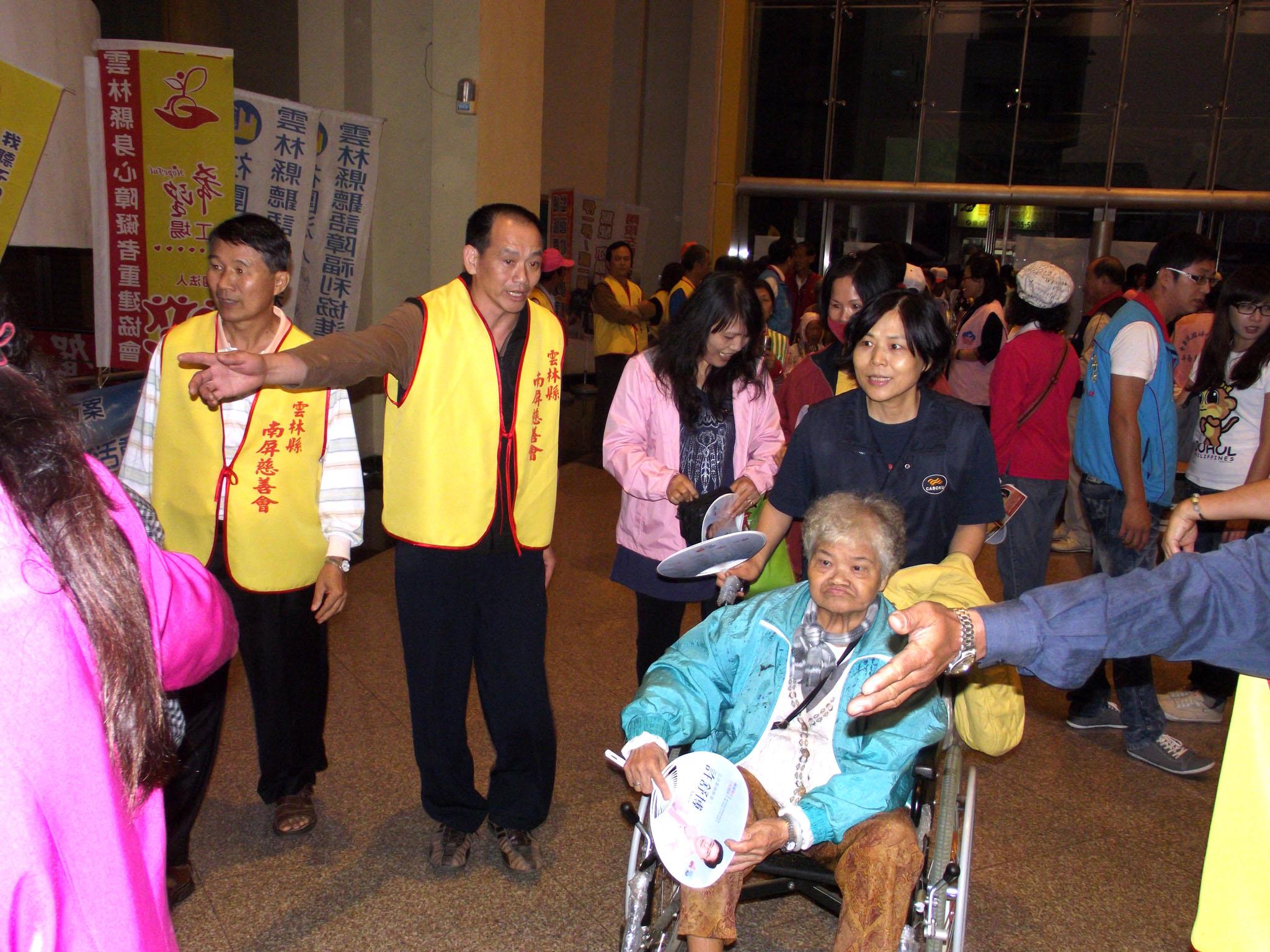 """▲貼心的設立""""老人禮遇通道""""讓行動不方便者以及年 長者備受尊重。"""