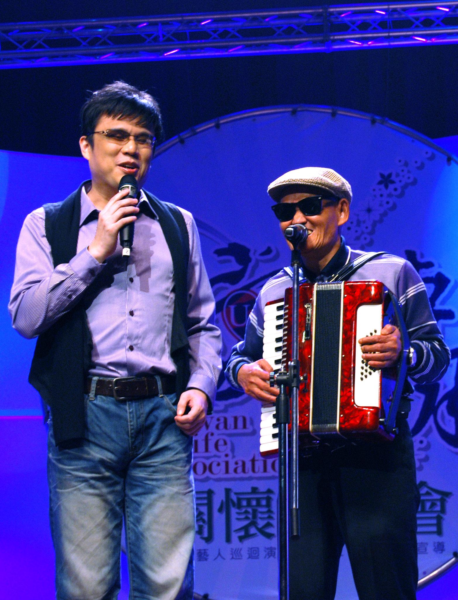 視障歌手李炳輝、鍾興叡以幽默的口吻相互打氣,展現面對未知人生的無比勇氣。