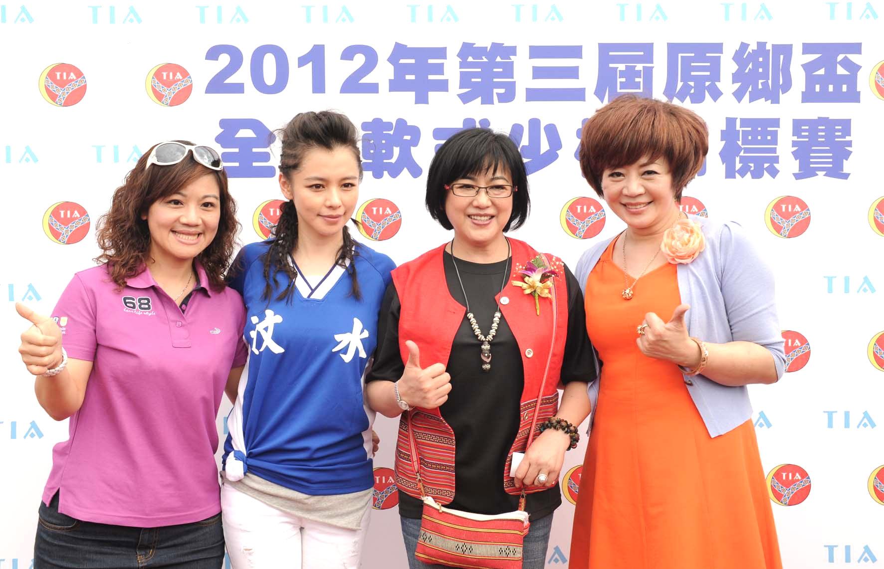 永達李貞瑩經理(圖左)及永達張惠貞協理(圖右)一同到場為原民少棒選手加油。