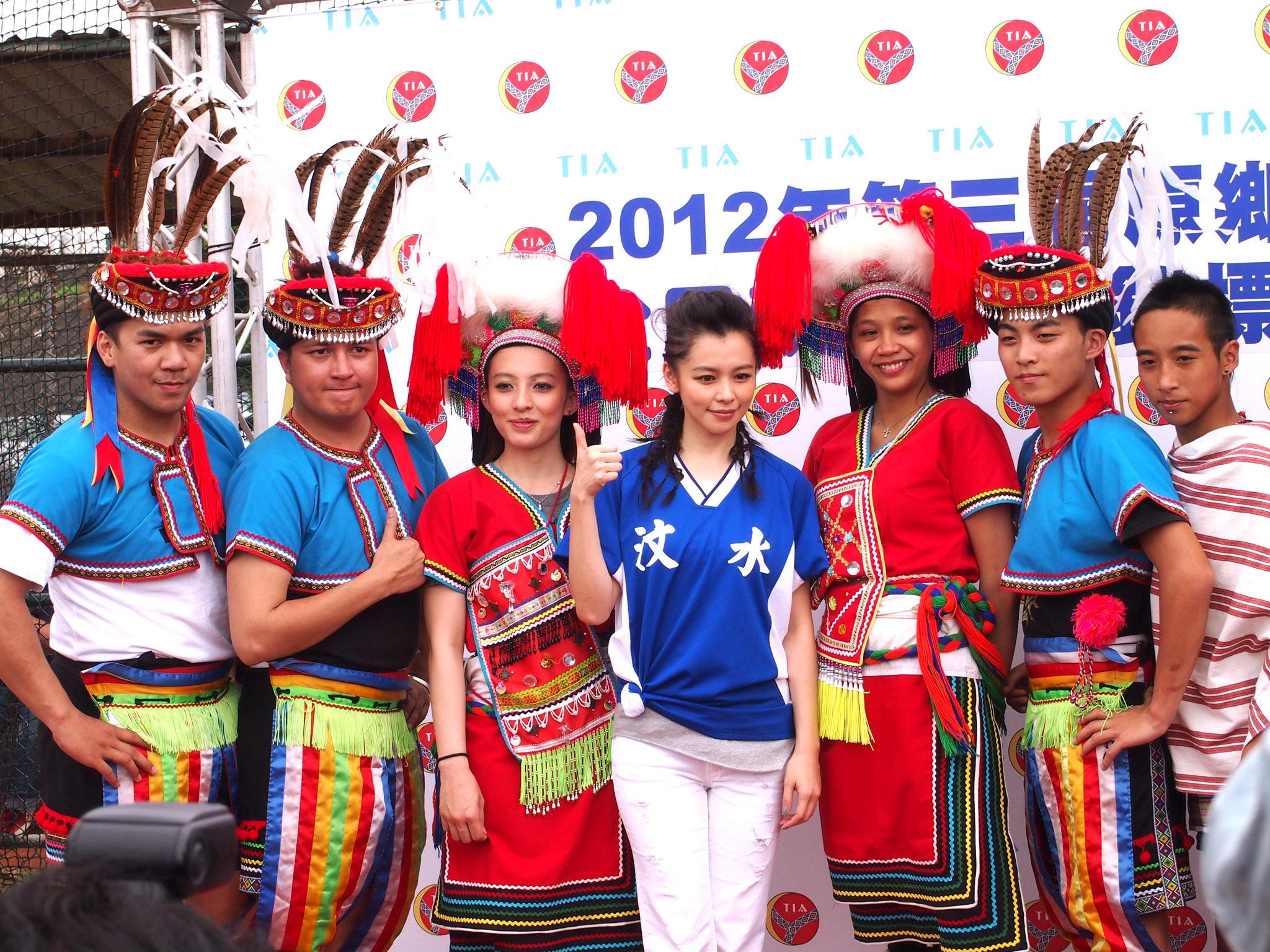 國際巨星徐若瑄再度擔任活動代言人與原住民舞者合影。