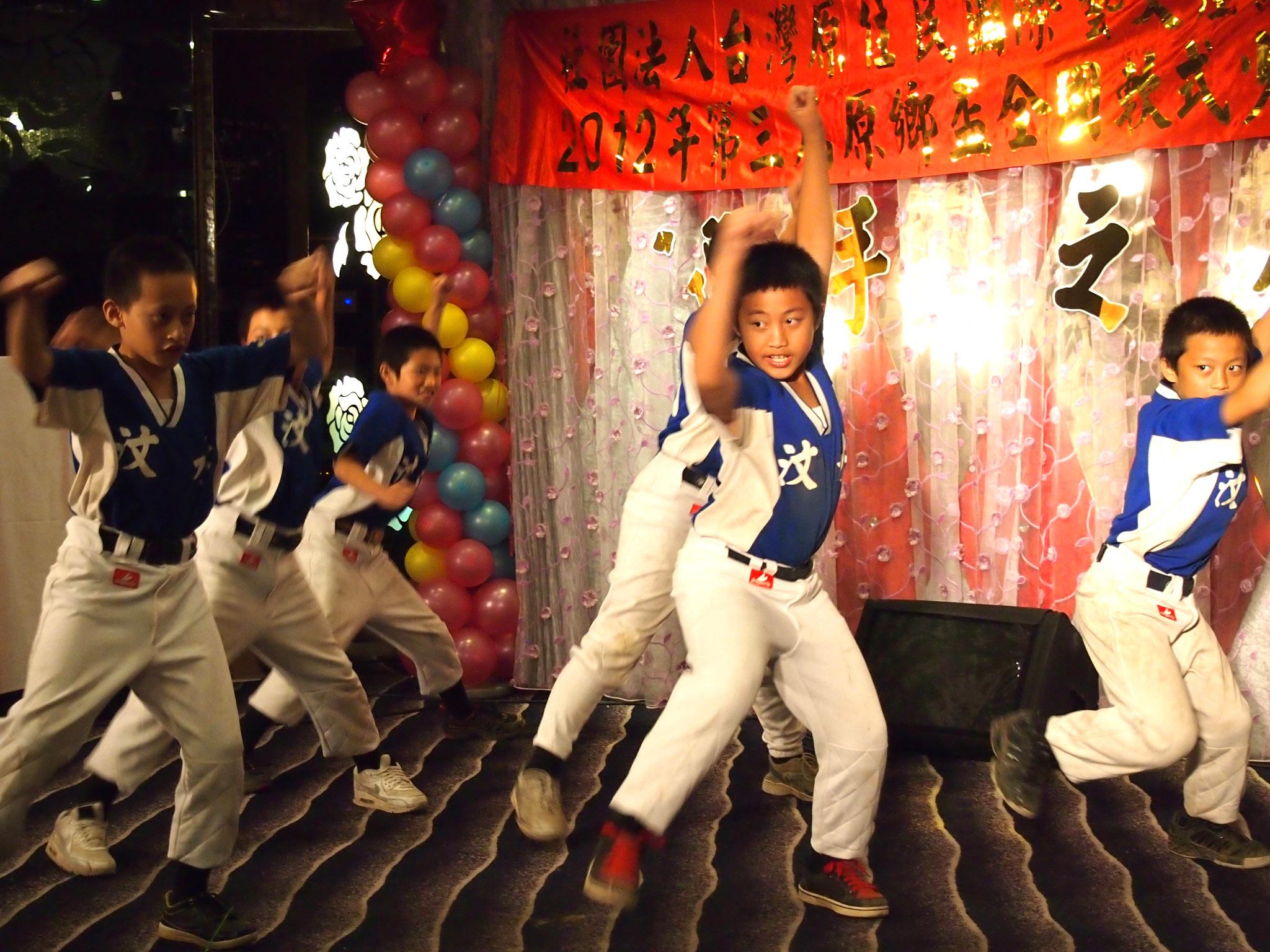 汶水國小的同學在選手之夜以勇士們的戰舞獲得滿堂采。