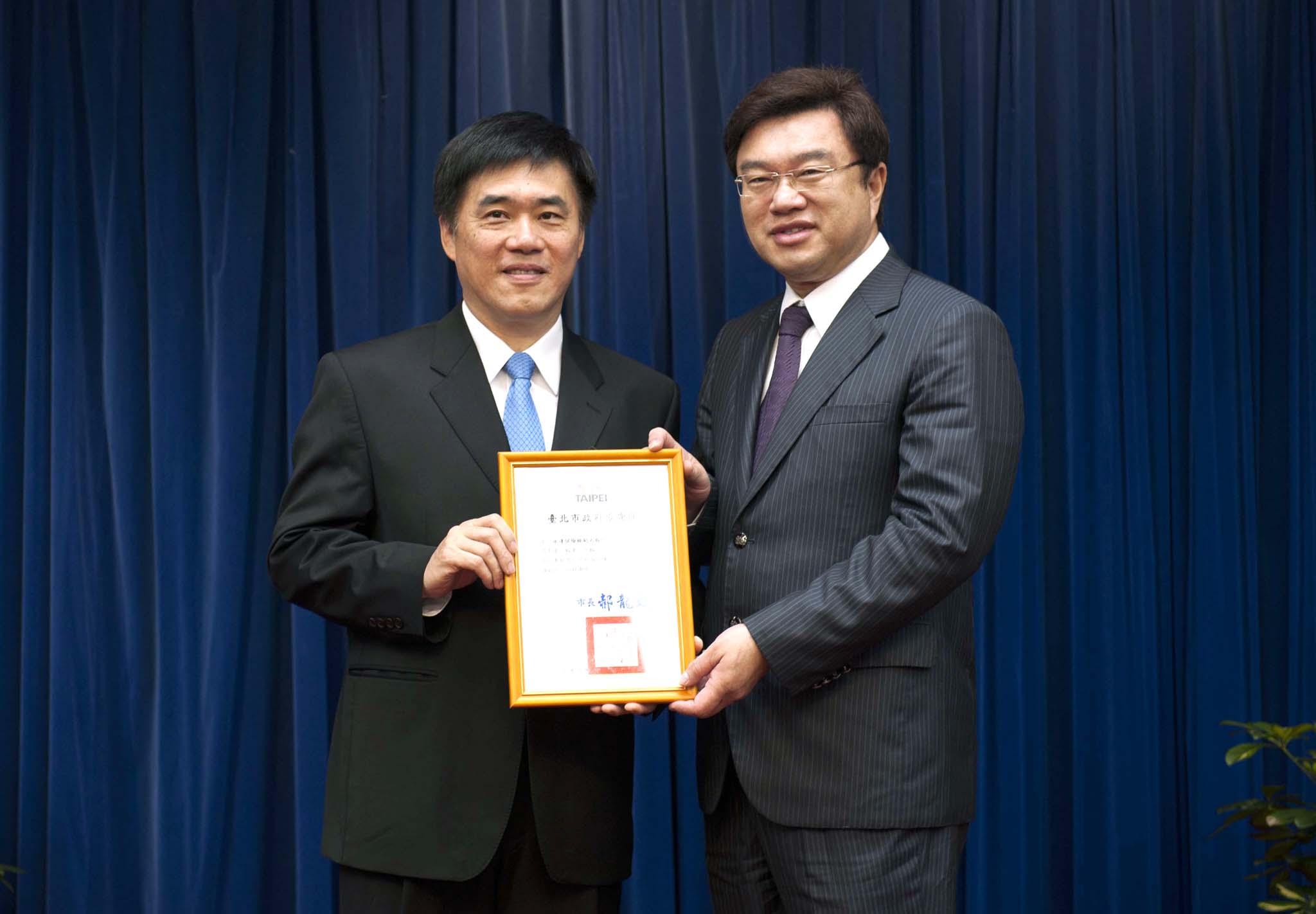 臺北市郝龍斌市長(圖左)頒發感謝狀予永達吳文永董事長(圖右)。
