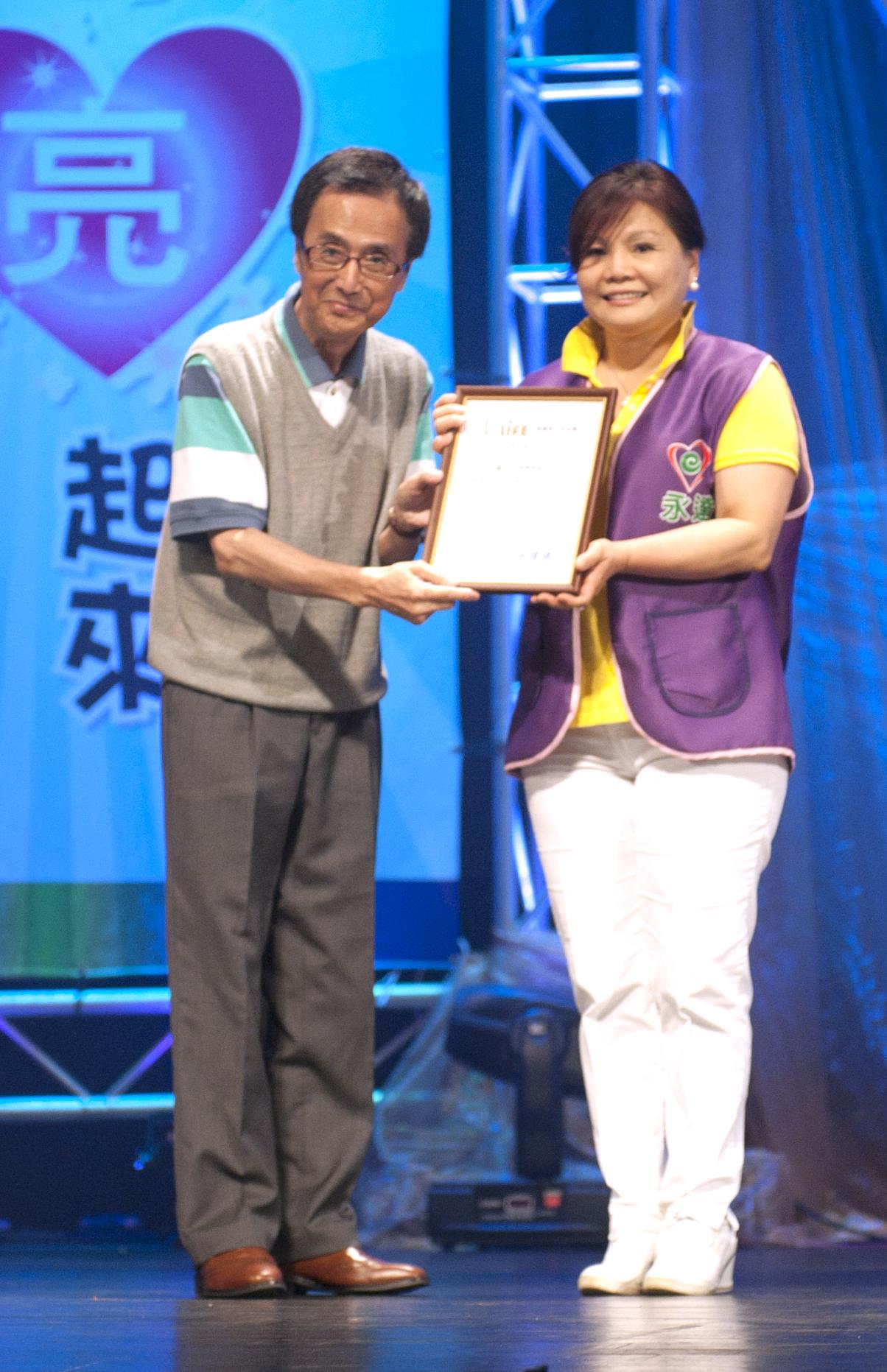 台灣優質生命協會名譽理事長徐風(圖左)頒贈感謝狀予永達保經李秋蓮協理(圖右)。