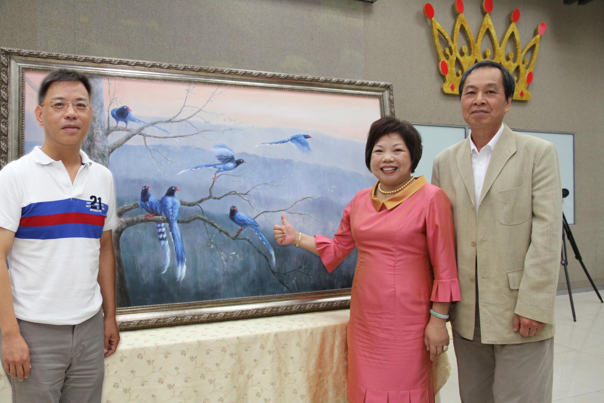 名畫家楊慶忠(右)的畫作「展翅高飛」由永達田文德副總(左)代表永達吳文永董事長出席,以25萬元 標得並捐出畫作,二拍再以25萬元由黃素英副總(右)標得。
