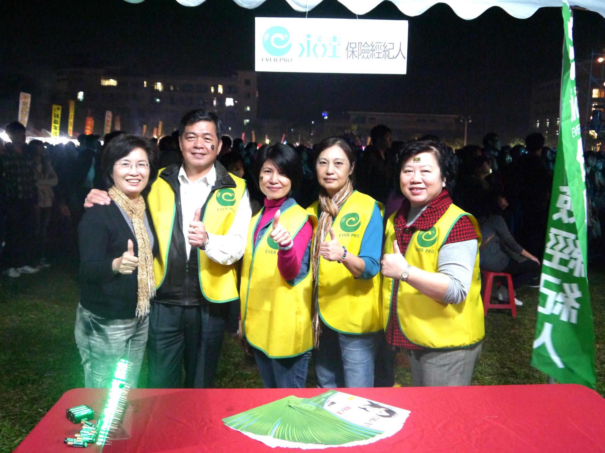 永達嘉義地區林國龍經理(圖左二)帶領單位同仁 於活動現場提供就業諮詢服。