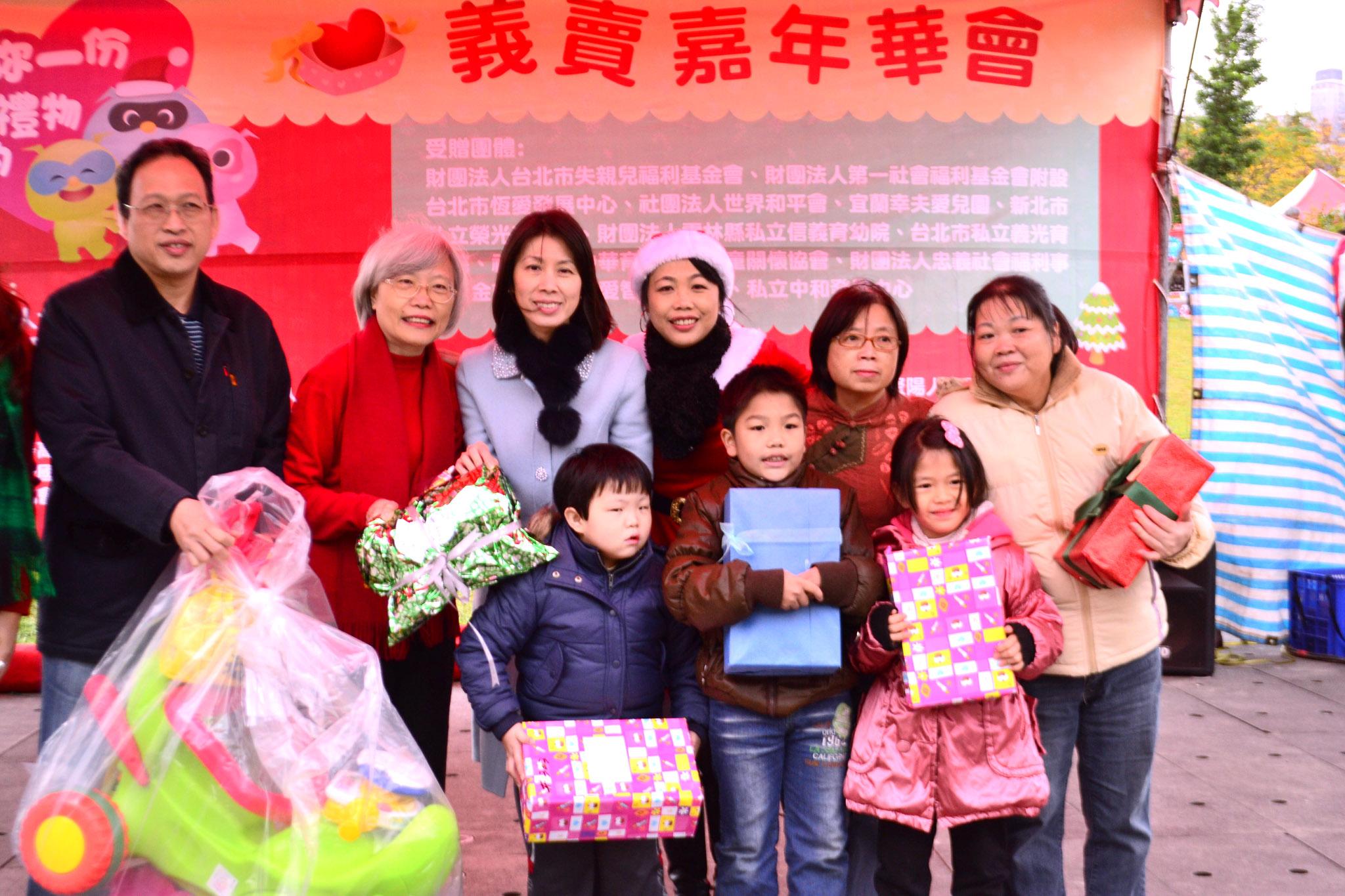 透過嘉年華會將善心人士準備的聖誕禮物送給小朋友。