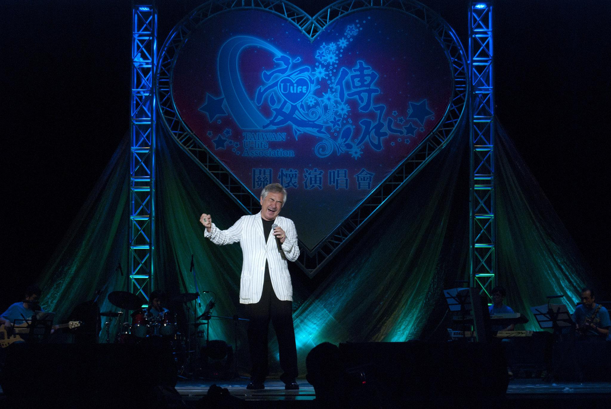 ▲30年未上台的苦情歌王-孫情,以招牌曲「永恆的回憶」風靡全場。