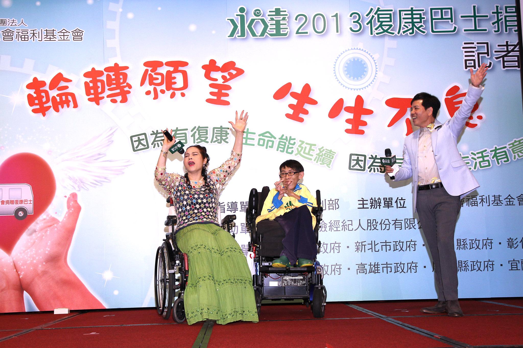 「月亮歌后」李珮菁(左)以一曲「我愛月亮」風靡全場,同時也鼓勵所有身障朋友勇敢樂觀向前。