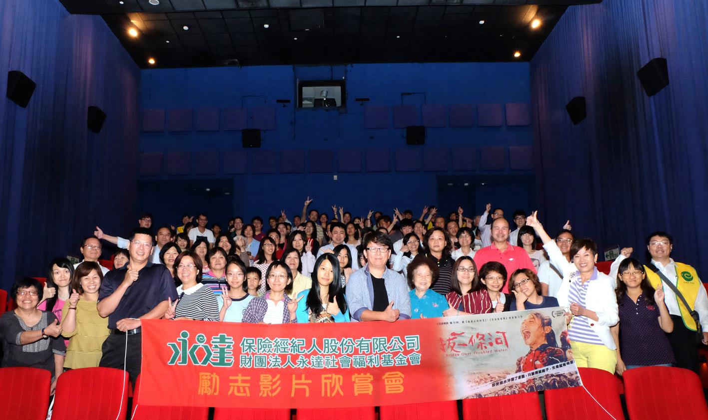 圖說:永達北中南電影包場「拔一條河」,楊力州導演(中)親臨現場。